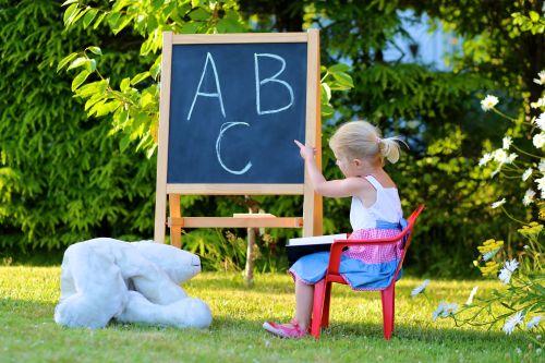 De ce scriu copiii invers și fac literele și cifrele în oglindă?